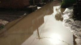 穆屯六组村道下雨积水无人问津