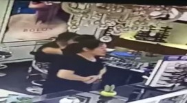 女子明目张胆偷店员手机
