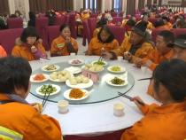腊八节  渭南300余名环卫工人受邀品美食过佳节