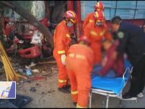 卡车撞上路边大树一人被困  渭南消防成功救援
