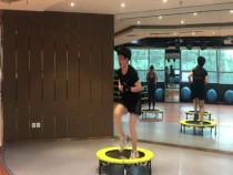 跳上健身蹦床  展现健康活力