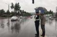 暖心!交警雨中执勤 群众自发打伞