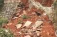一女子晚上上厕所 对面土墙突然坍塌将其掩埋