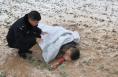 男子跌落50米土崖严重昏迷 富平警民生死救援