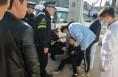 韩城:一男子神志不清靠在路灯上 浑身发抖鼻孔流血