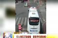 韩城:行人闯红灯险被撞  都是手机惹的祸