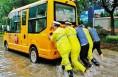 高新区一校车淌水熄火 警民合力推车救助