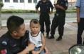 潼关县巡特警送走失儿童回家 粗心家长竟不知孩子出门