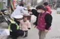 潼关:三岁女童路口走失 暖心交警帮找家人