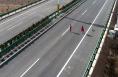 女子在高速公路带小孩遛狗拍抖音  太危险!