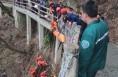 老人不小心坠入山下被困  渭南消防紧急救援