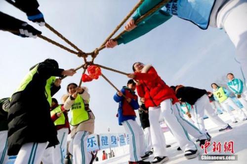 北京玉渊潭公园举办冰雪运动会,40多名学生在雪地上体验多种趣味运动项目。 中新社记者 杜洋 摄