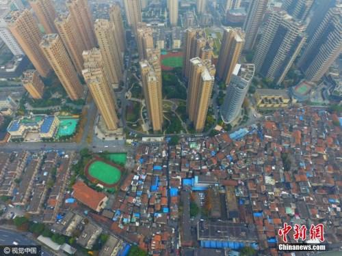 资料图:上海最大的棚户区——张桥,航拍镜头下,低矮的棚户区密密麻麻,与周边的高端楼盘形成了鲜明的对比。