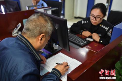 资料图:民众现场办理居住证。 中新社记者 崔楠 摄