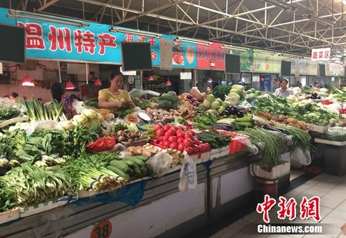 北京西城区某农贸市场内的蔬菜摊位。中新网 种卿 摄