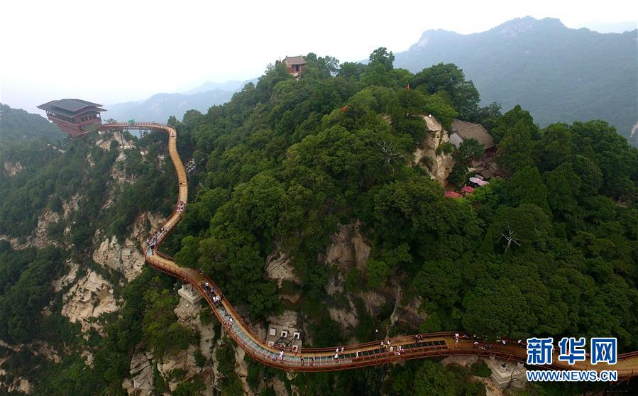 7月15日,游客在少华山玻璃栈道游览观光