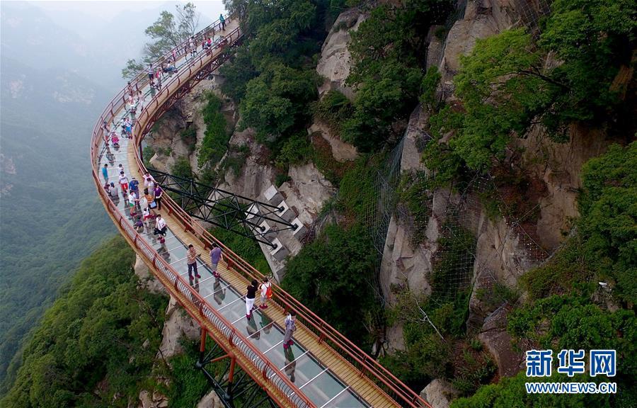7月15日,游客在少华山玻璃栈道游览观光。