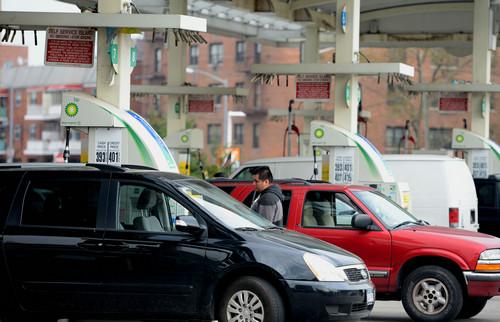 资料图片:2012年11月10日,车辆在美国纽约皇后区一座加油站前排队加油。新华社记者 王雷 摄