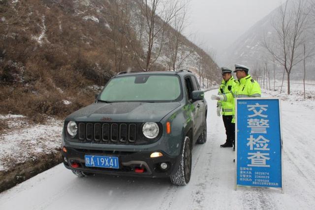 """陕西渭南:潼关交警潼洛中队浴""""雪""""奋战保安全"""