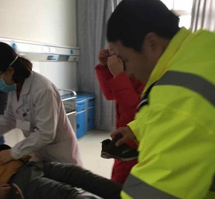 """陕西合阳交警:幼童昏迷身陷危险,民警挺身""""鸣笛""""一路护送"""