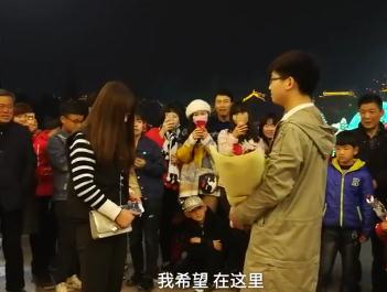 女大学生在群众起哄下无奈接受男子的告白,网友:强扭的瓜不甜