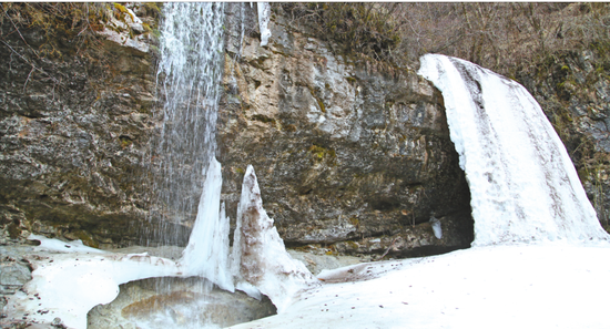 4月末的鸟鼠山,积雪在山上融化成玉浆泉,形成了眼前这水和冰并存的瀑布奇观。这,就是神奇的的渭河源头。