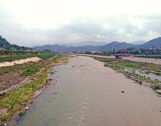 经过宝鸡峡水利枢纽的沉淀,渭河水缓缓流向关中大地。
