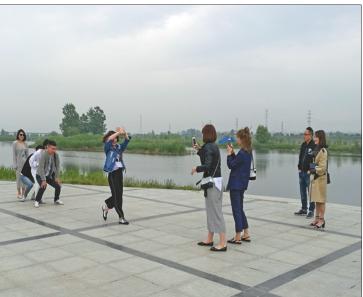 岐山县的渭河岸边,一群青年正在游玩。