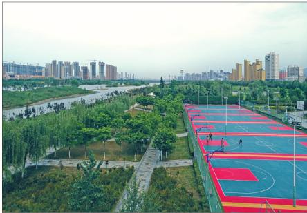 渭河在宝鸡穿城而过,岸边的运动场地成为市民锻炼的好去处。 记者 王睿 文/图