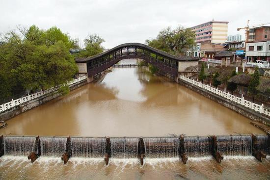 """甘肃省渭源县境内的灞陵桥被誉为""""渭河第一桥""""。"""