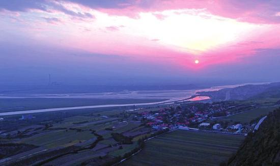 渭河在陕西潼关县汇入黄河。图为晨光中的两河交汇处。