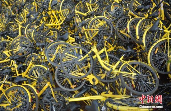 资料图:成都一停车场内堆放了不少共享单车,大多数车锁已被拆除,这些单车系临时回收、维修中转车辆。<a target='_blank' href='http://www.chinanews.com/'>中新社</a>记者 刘忠俊 摄