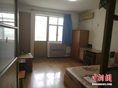 北京西城区一套90年代、40多平米的房子,月租5500元左右。<a target='_blank' href='http://www.chinanews.com/' >中新网</a>记者 邱宇 摄