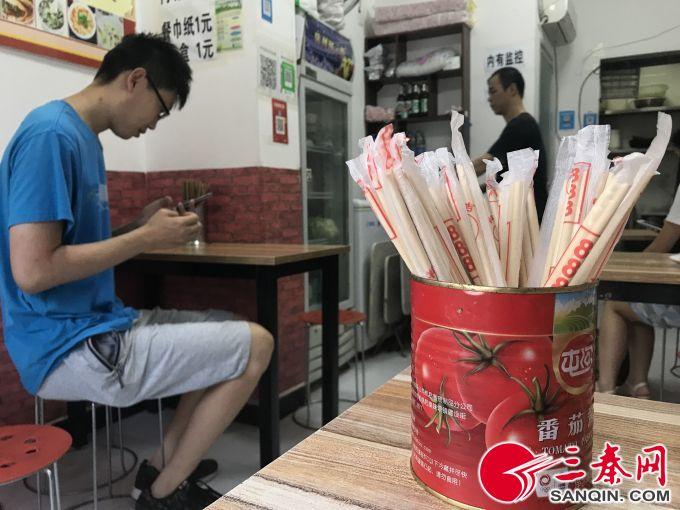 多数小餐馆都备用一次性筷子 本报记者 张晴悦 摄