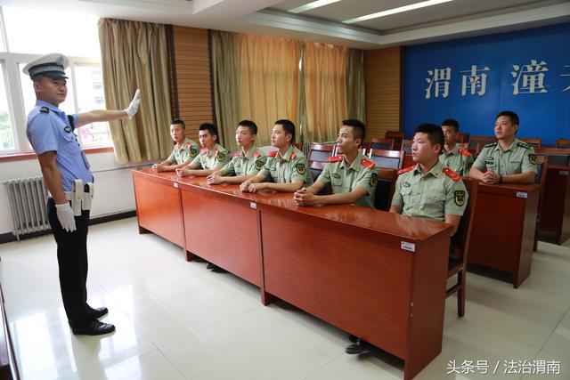 图为潼关县交警大队秩序中队民警为消防战士表演指挥手势.图片