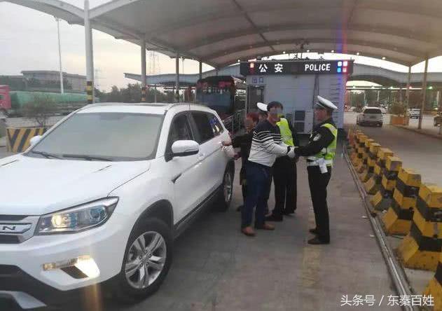 渭南高速服务区老人下车上厕所,结果家人将其遗忘开车走了……