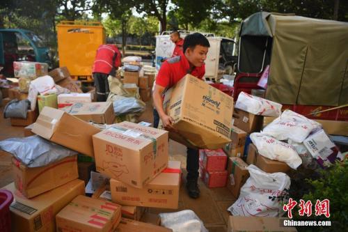 11月11日,配送员按区域分拣商品。<a target='_blank' href='http://www.chinanews.com/'>中新社</a>记者 刘冉阳 摄