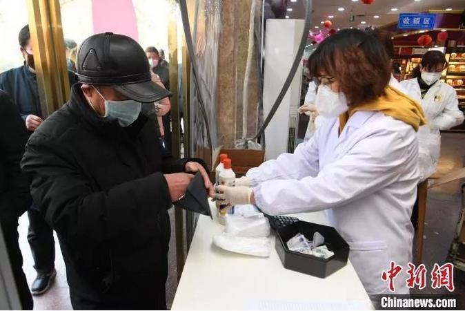 2月3日,合肥市民正在购买限量口罩和84消毒液。韩苏原 摄