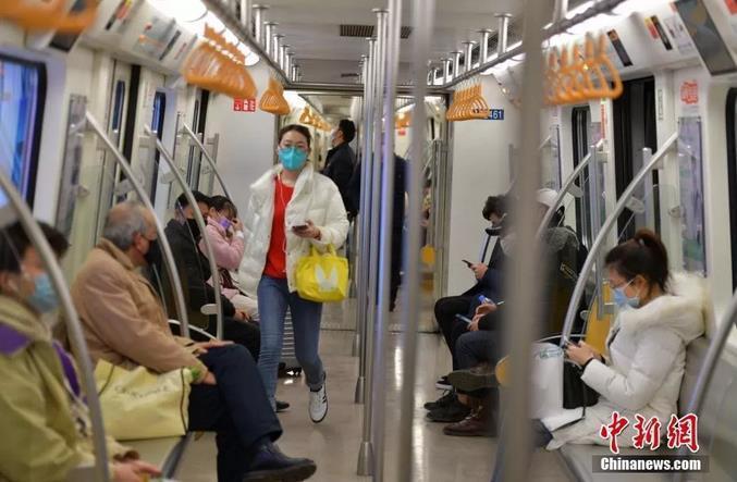 2月3日,四川成都,乘客戴口罩乘坐地铁。中新社记者 刘忠俊 摄