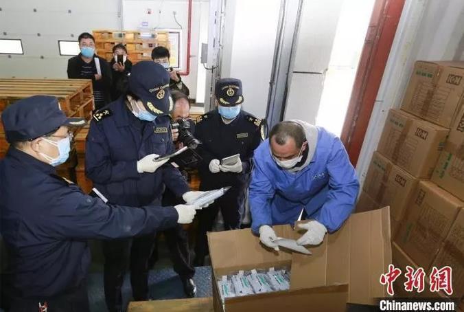 上海海关关员快速查验放行防疫物资。供图