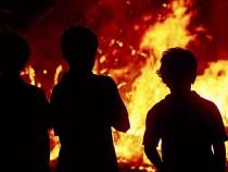 幼儿园着火 孩子被从二楼扔下