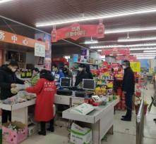 市民排队购物有风险  错峰采购防隐患