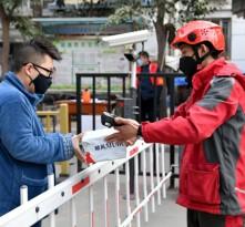 中国疾控中心建议:疫情期间取快递最好佩戴口罩和手套