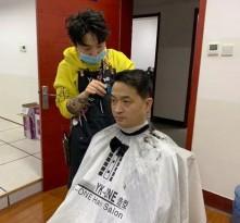 """理发师当起志愿者 义务上门为战疫一线的""""战士""""剪发"""