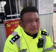 合阳:交警被晒成口罩脸