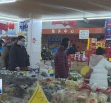 小区实行封闭式管理后 市民购买物品要错时 避免感染