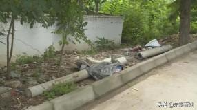 《创建曝光台 》 渭南临渭区:渭白路 朱王社区村道旁垃圾堆积无人管理