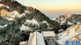 华山:高山雪景美如画