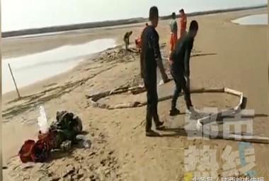 大荔:男子身陷渭河河滩淤泥 众人合力救出
