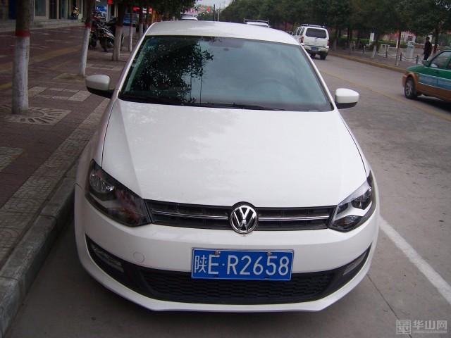 过程中发现一辆车牌号为陕er2658的白色大众小轿车在东兴路中段停靠